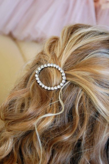 To keep it in place we used bobby pins. I love this style, it's so feminine